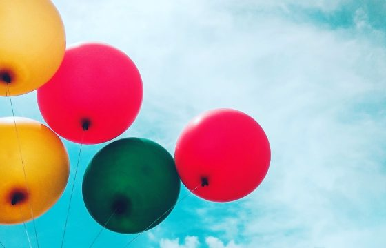 bright-blue-sky-with-colorful-balloons